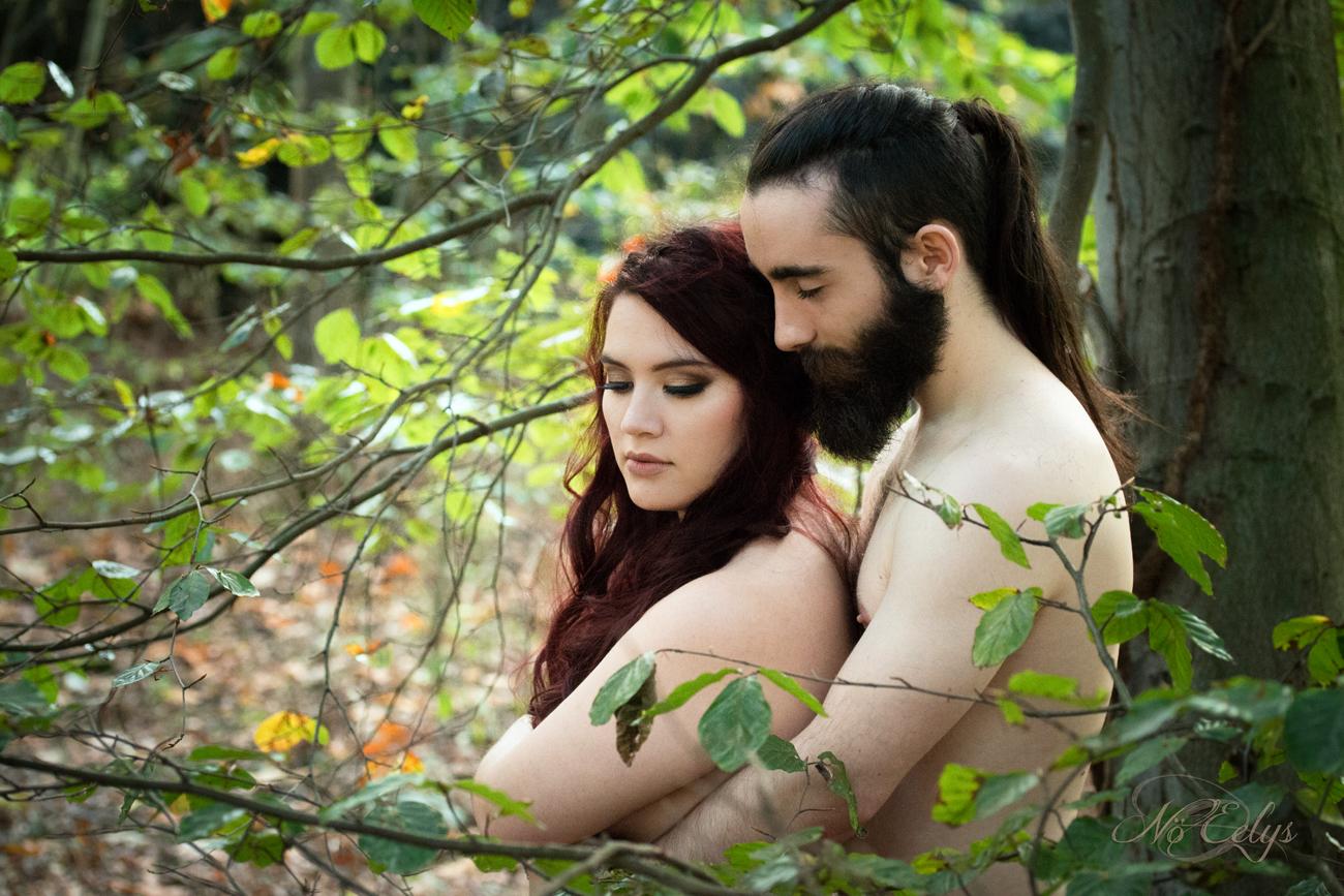 Jardin d'Eden, duo nu artistique en forêt, couple médiéval romantique par Nö Eelys photo, photographe alternative