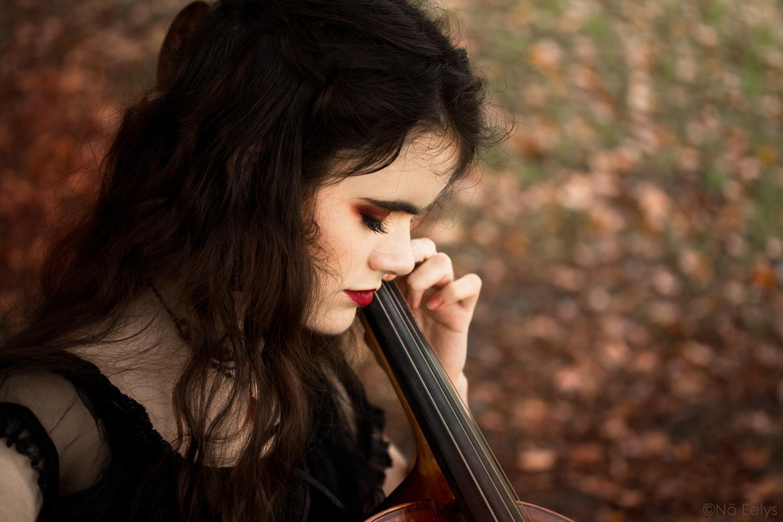 Portrait gothique violoncelle en automne par Nö Eelys photo, coiffure par Findelë's Secrets, maquillage par Le Boudoir de Nö