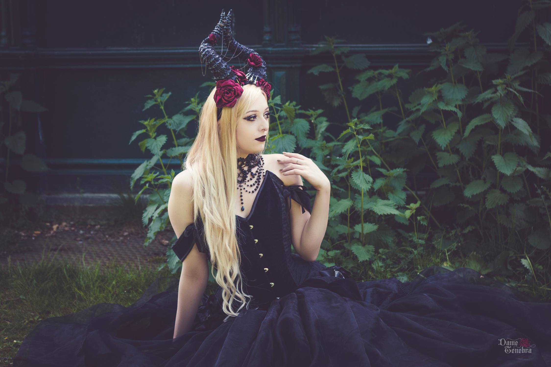 Modèle alternative Nö Eelys, Photographe Dame Ténébra, maquillage Le Boudoir de Nö, tenue gothique romantique, parure et coiffe fantaisie dragon noir par Medeina des Lys