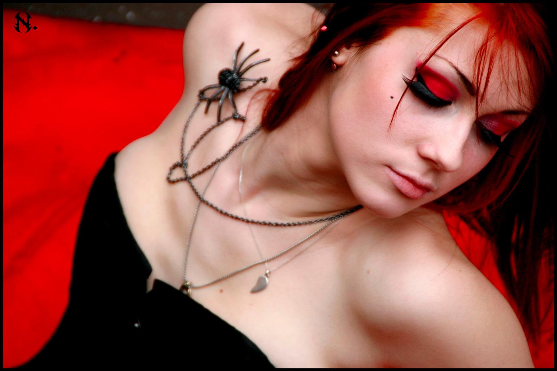 Portrait gothique, modèle alternative cheveux rouges, photo par Nö Eelys