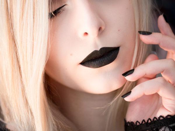 Portrait et maquillage gothique romantique par No Eelys avec le rouge à lèvres Witches de Kat Von D - Modèle gothique blonde