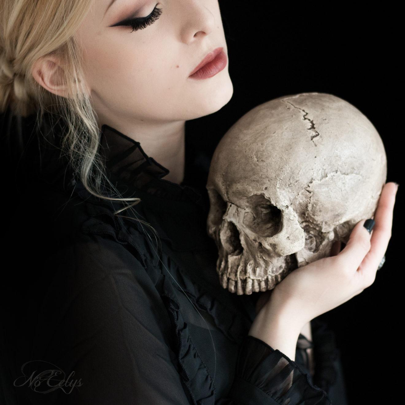 Portrait gothique romantique victorien avec réplique de crâne par No Eelys photographe, modèle et blogueuse alternative Paris Ile de France (Le Boudoir de Nö)