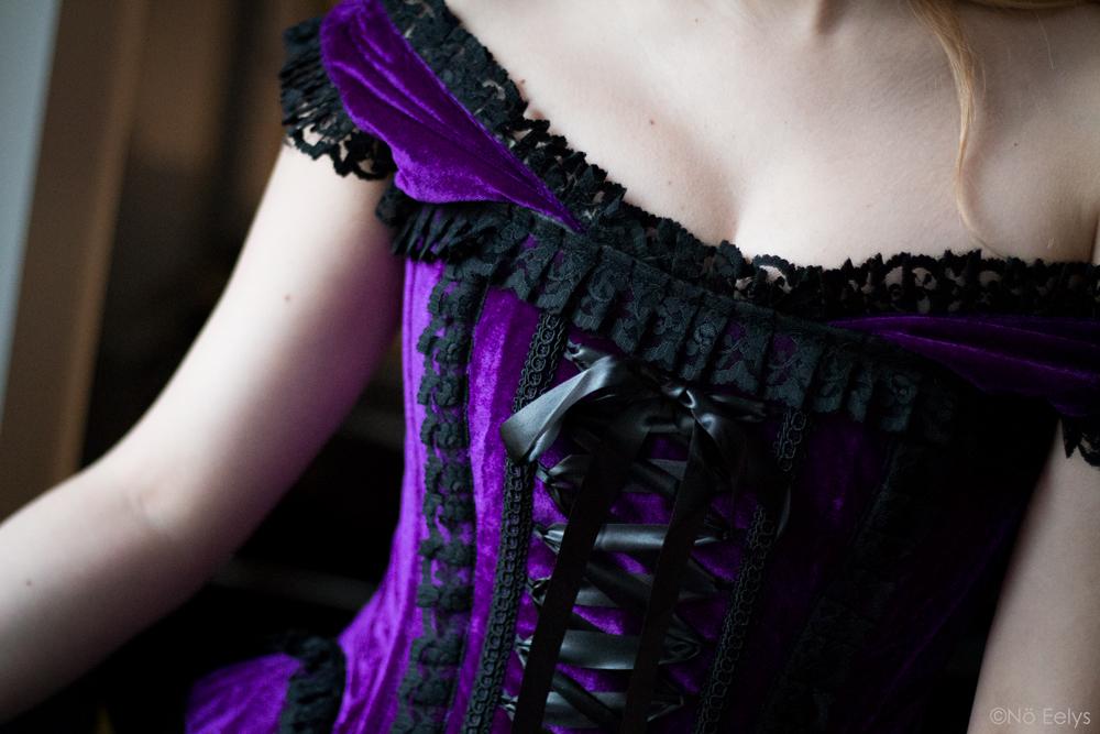 Corset victorien en velours violet, No Eelys