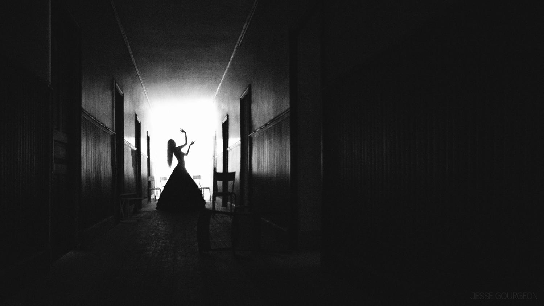 Nö Eelys par Jesse Gourgeon, modèle alternative gothique romantique, urbex et manoir hanté, horreur
