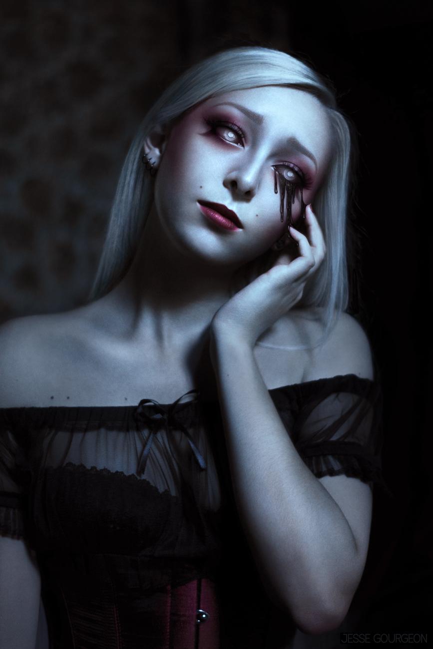 Portrait de Nö Eelys par Jesse Gourgeon, modèle alternative gothique romantique, larmes noires, horreur