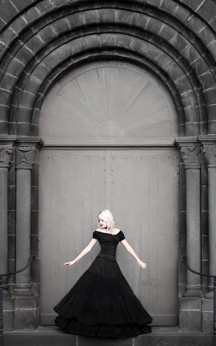Anomaly modèle par Nö Eelys Photo, portrait gothique romantique devant porte d'église en pierre de Volvic, Auvergne, Maquillage par Le Boudoir de Nö