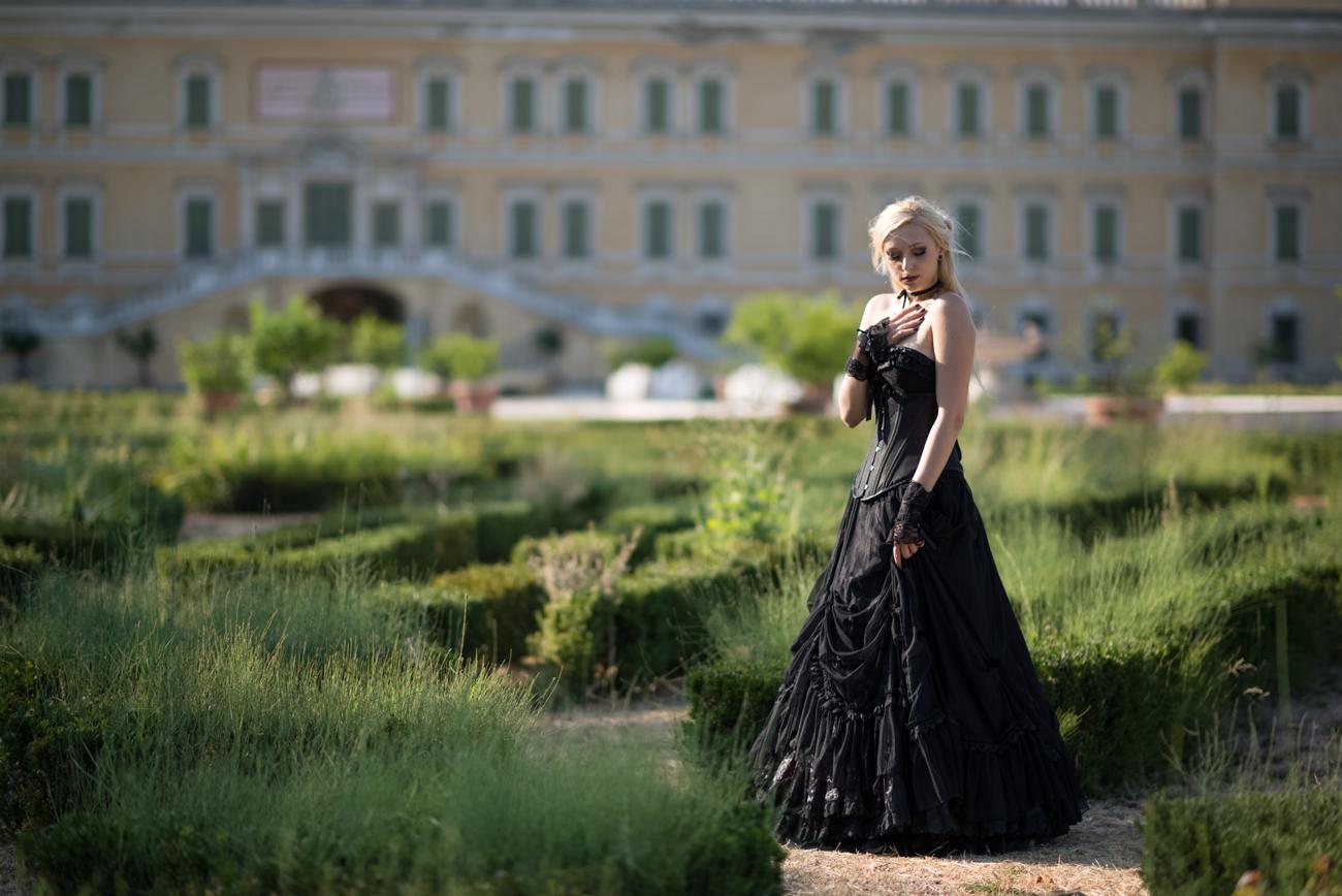 Nö Eelys par Luca Foscili, modèle alternative, tenue gothique romantique avec corset et crinoline, coiffure par Findelë's Secrets, Parme, Italie