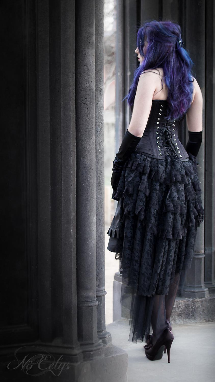 Portrait Gothique romantique avec pierre de Volvic, modèle alternative aux cheveux bleus