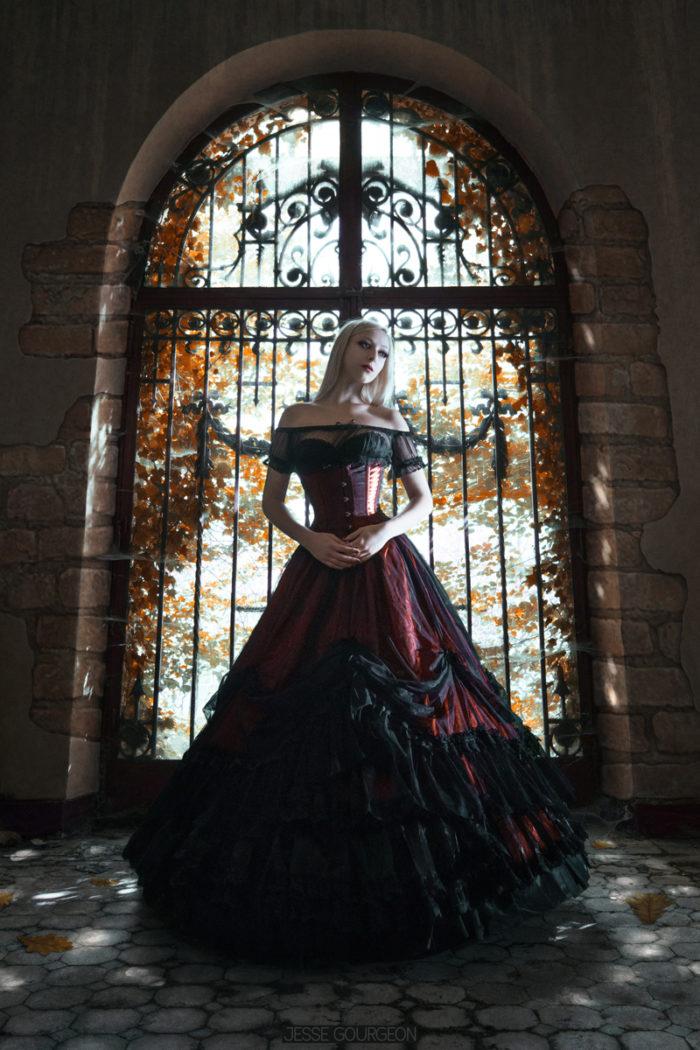 Portrait automne de Nö Eelys par Jesse Gourgeon, modèle alternative gothique romantique, jupe crinoline Sinister, urbex