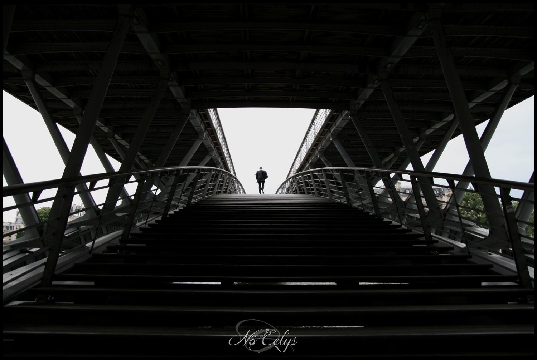 Le Système, silhouette inconnue sur la passerelle Léopold Sedar Senghor à Paris, pont Sedar Senghor, Nö Eelys Photo