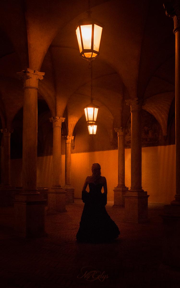 Portrait gothique romantique de nuit, arcades, mystère, Italie