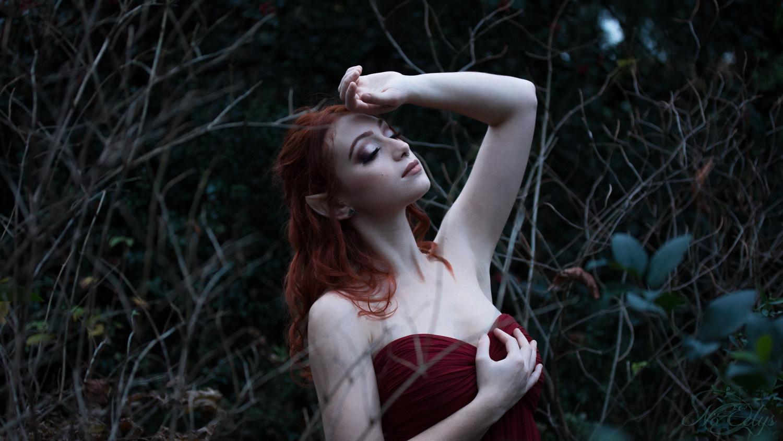 Lune Pourpre, modèle La Tanière D'Eledwen, portrait onirique elfique fantastique par Nö Eelys, maquillage par Le Boudoir de Nö, Coiffure par Findëles Secrets