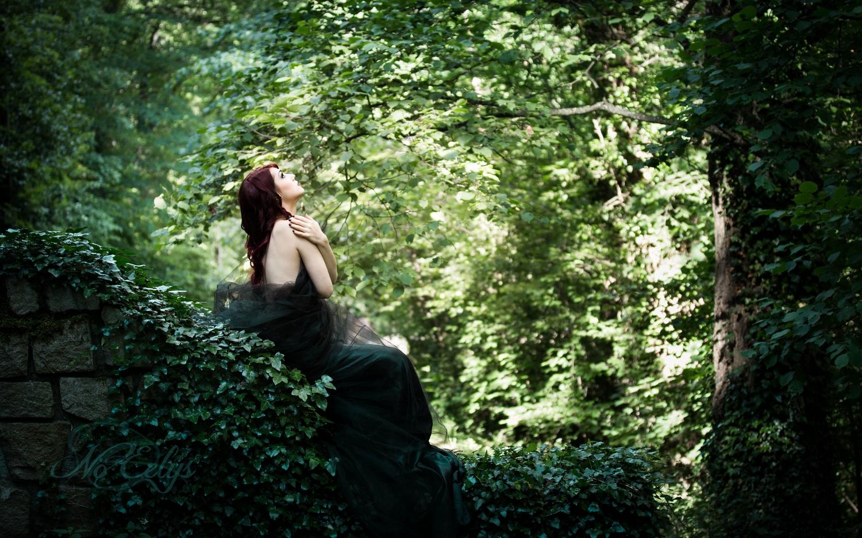 Nu artistique dans les bois par Nö Eelys, modèle alternative cheveux rouge, nature