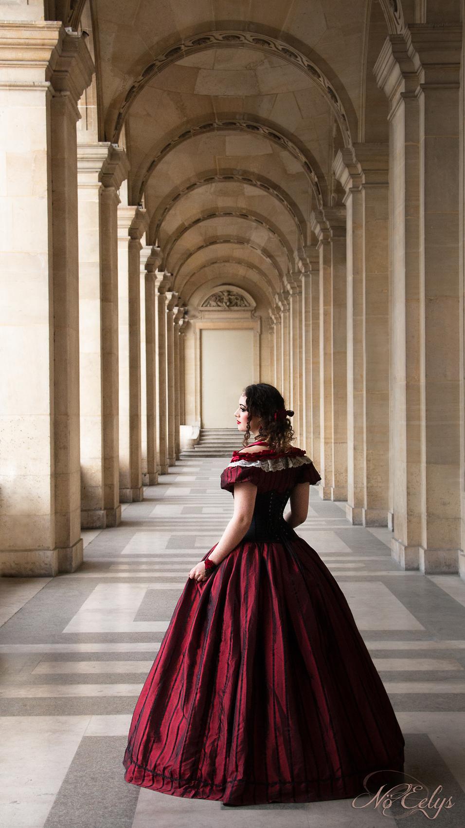 Portrait gothique victorien princesse au Louvre, Elyra Modèle, Nö Eelys Photo, Coiffure par Findelë's Secrets et maquillage par Le Boudoir de Nö