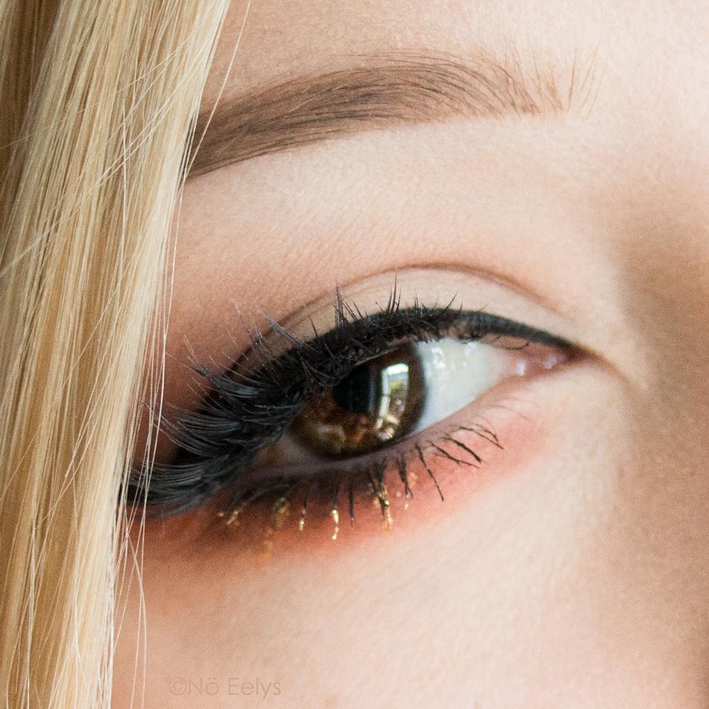Maquillage gothique avec la palette Orb of Light de Black Moon cosmetics et le Gold Skool Kat Von D beauty