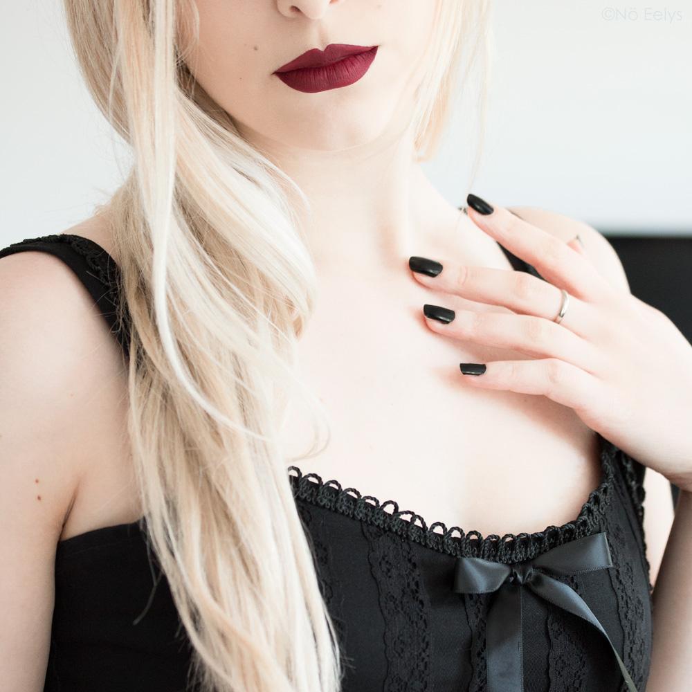 Portrait et maquillage gothique romantique par No Eelys avec le rouge à lèvres Seductive de Girlactik - Modèle gothique blonde