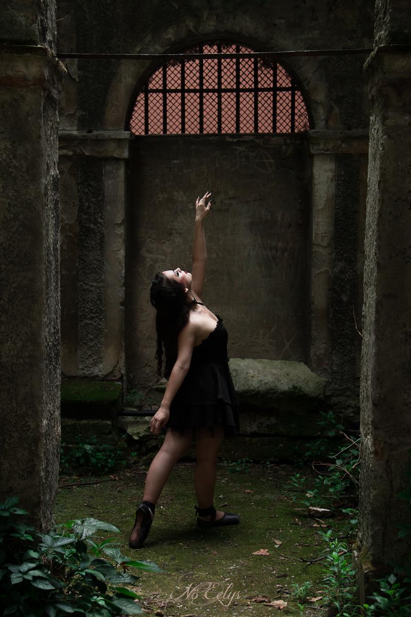 Photographie gothique romantique d'une danseuse en urbex, modèle Findelë's Secrets, Photo par Nö Eelys, maquillage par Le Boudoir de Nö