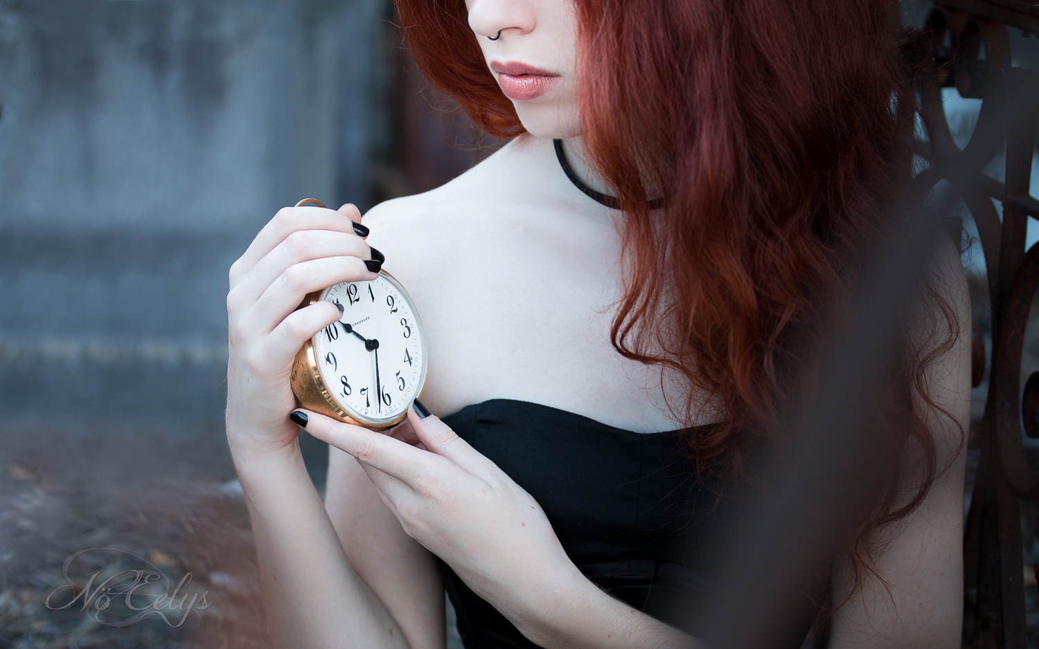 Aonvaa par Nö Eelys Photo, portrait gothique romantique avec horloge, modèle gothique rousse, Maquillage par Le Boudoir de Nö