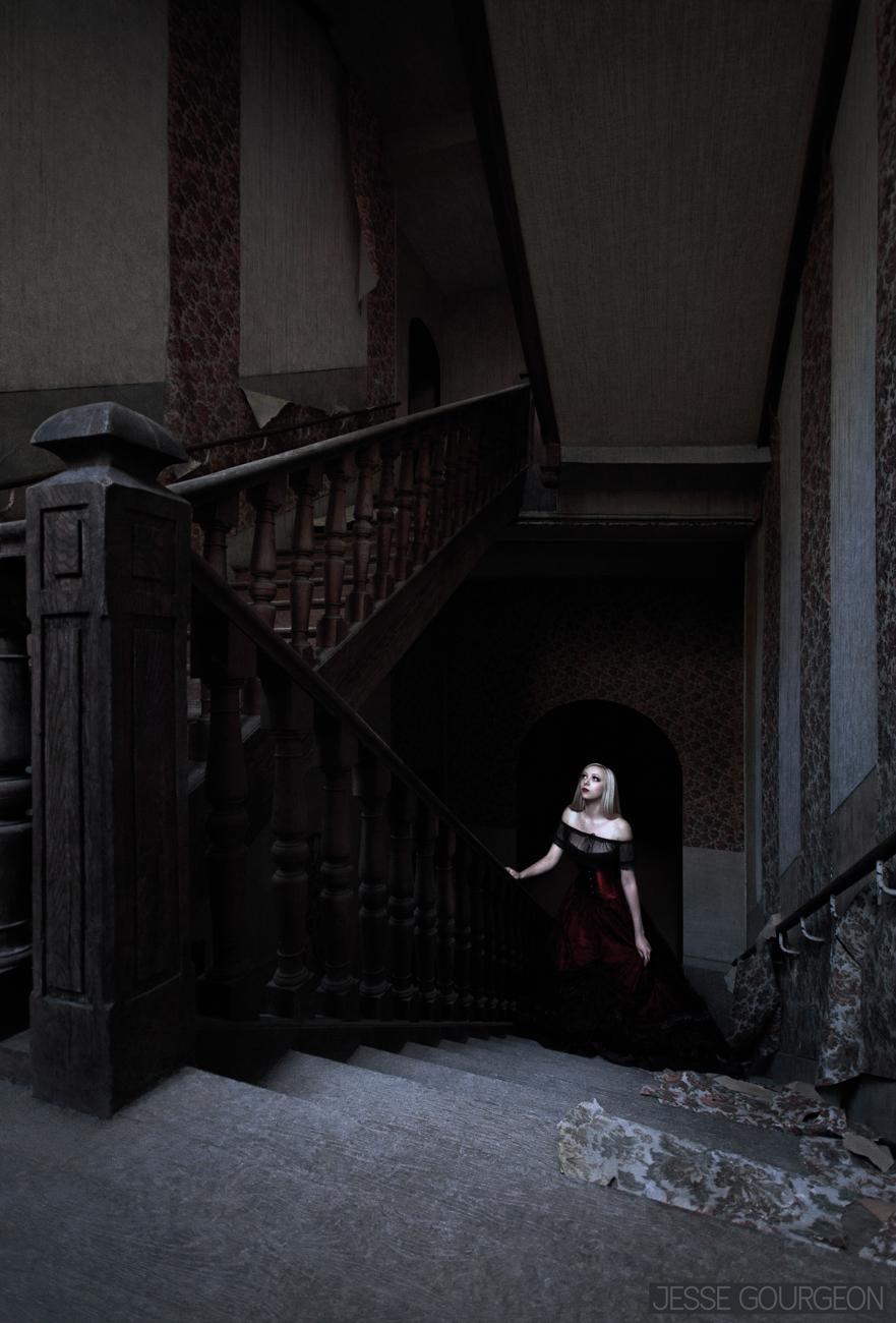 Nö Eelys par Jesse Gourgeon, modèle alternative gothique romantique, urbex et manoir hanté