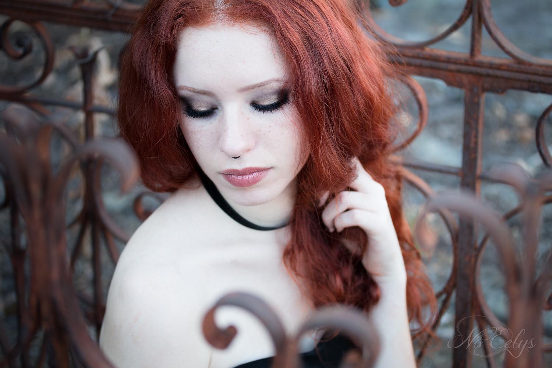 Aonvaa par Nö Eelys Photo, portrait gothique romantique dans un cimetière, modèle gothique rousse, Maquillage par Le Boudoir de Nö