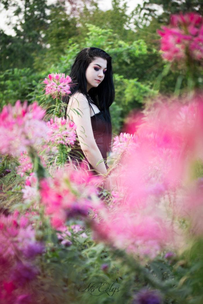 Portrait alternatif d'inspiration gothique romantique avec des fleurs, WhiteWolf modèle gothique alternative, photo par Nö Eelys