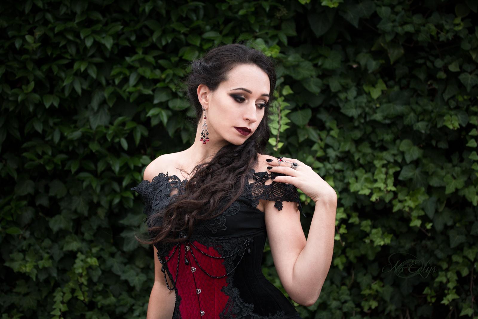 Galadriel Modèle, modèle gothique romantique Paris, par Nö Eelys, photographe portrait alternatif ; maquillage par Le Boudoir de Nö et coiffure par Findele's Secrets