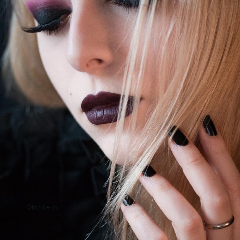 Portrait et maquillage gothique romantique par No Eelys avec le rouge à lèvres Oblivion de Baby Bat Beauty - Modèle gothique blonde