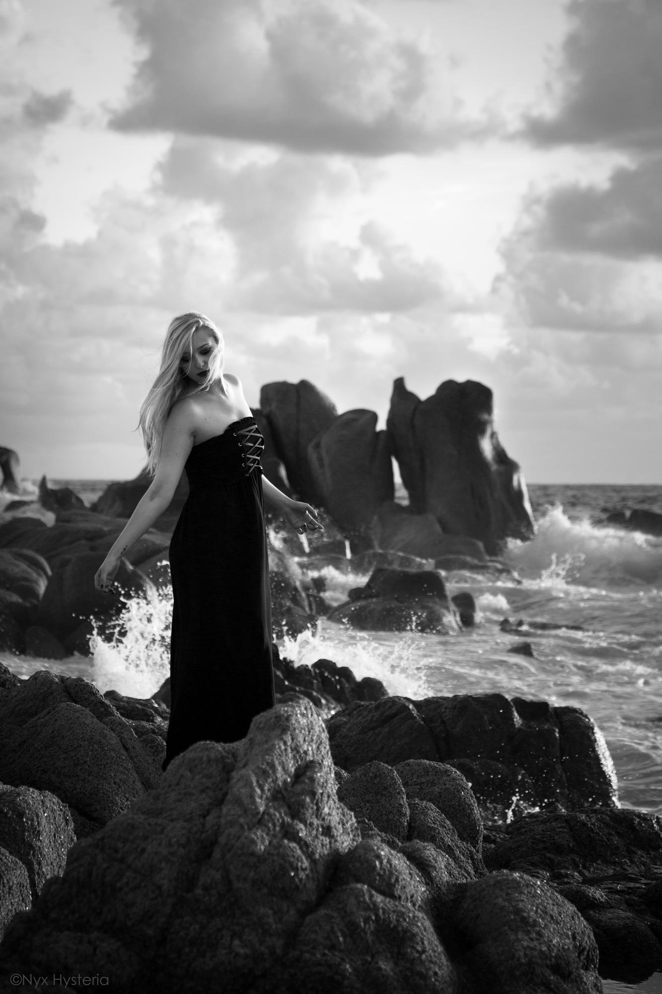 Nö Eelys modèle alternative Paris, Nyx Hysteria photographe, Le Boudoir de Nö, portrait gothique mer océan vent et rochers
