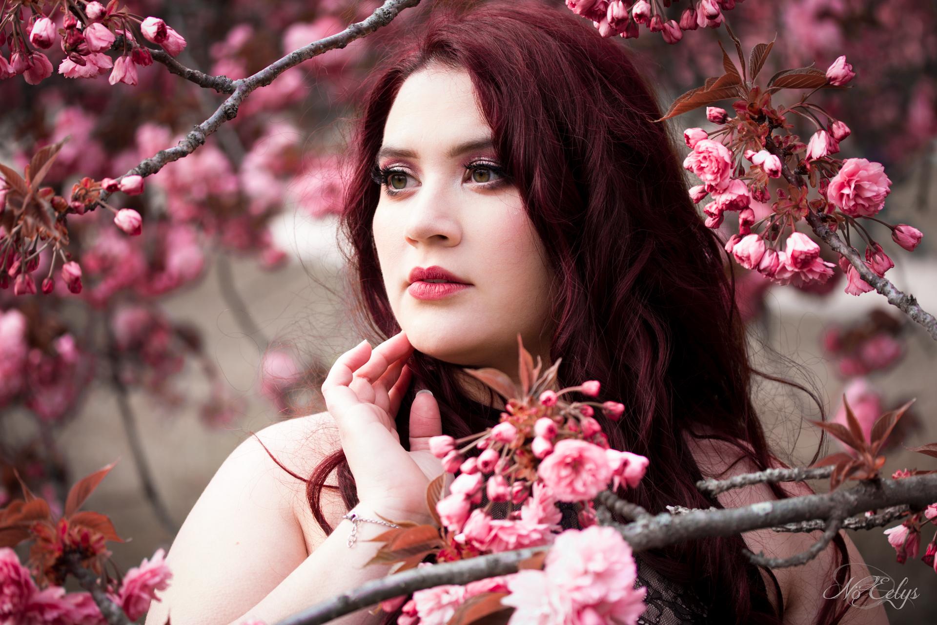 Portrait doux et romantique avec fleurs de cerisiers, modèle alternative Findelë's Secrets, photographe Nö Eelys