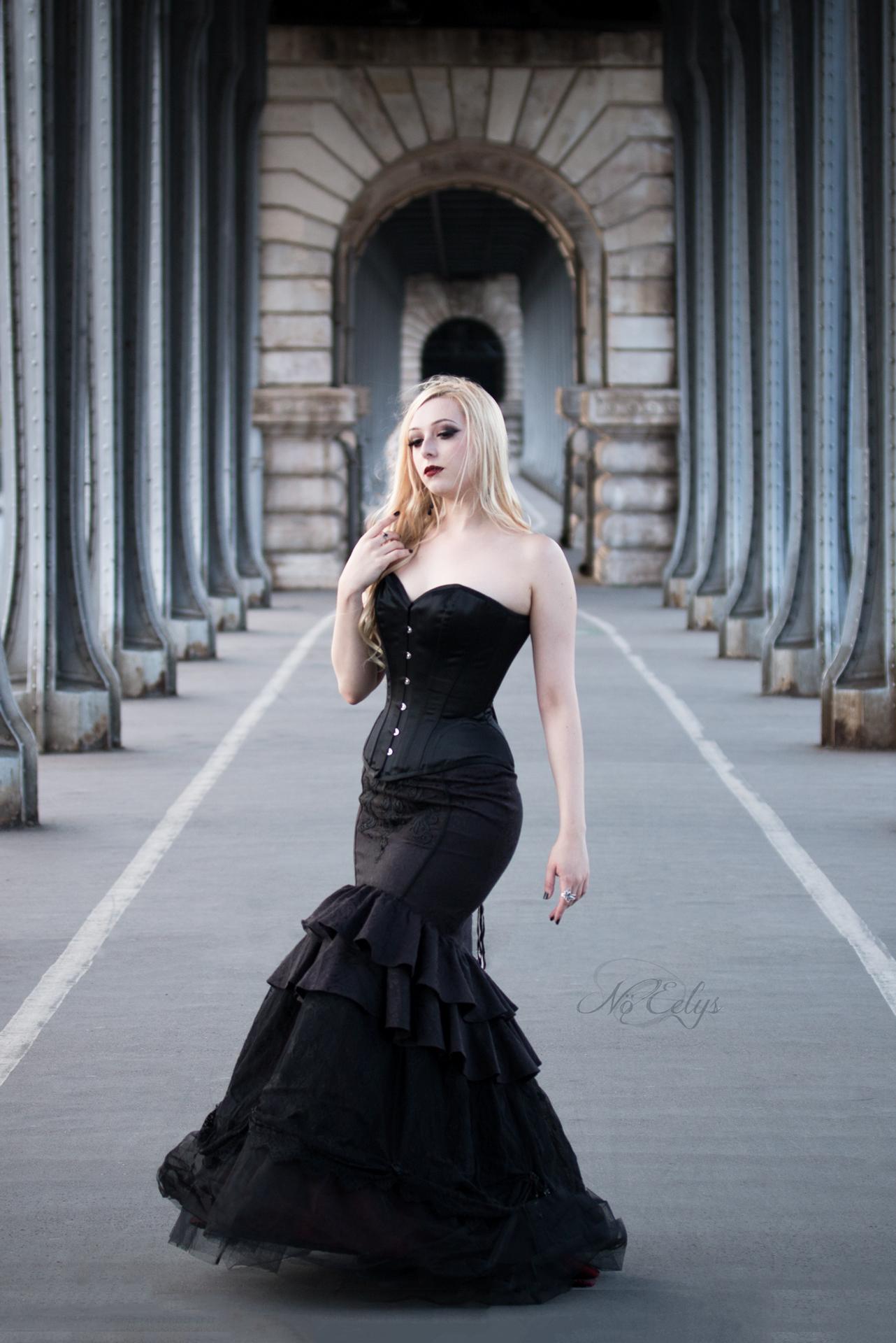 Shooting Gothique romantique moderne pont Bir Hakeim Paris, modele alternative No Eelys