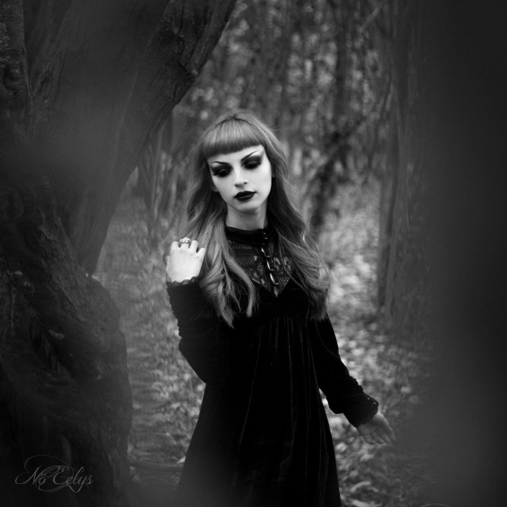 Portrait gothique noir et blanc avec Catharsis, modèle, youtubbeuse et instagrammeuse goth française