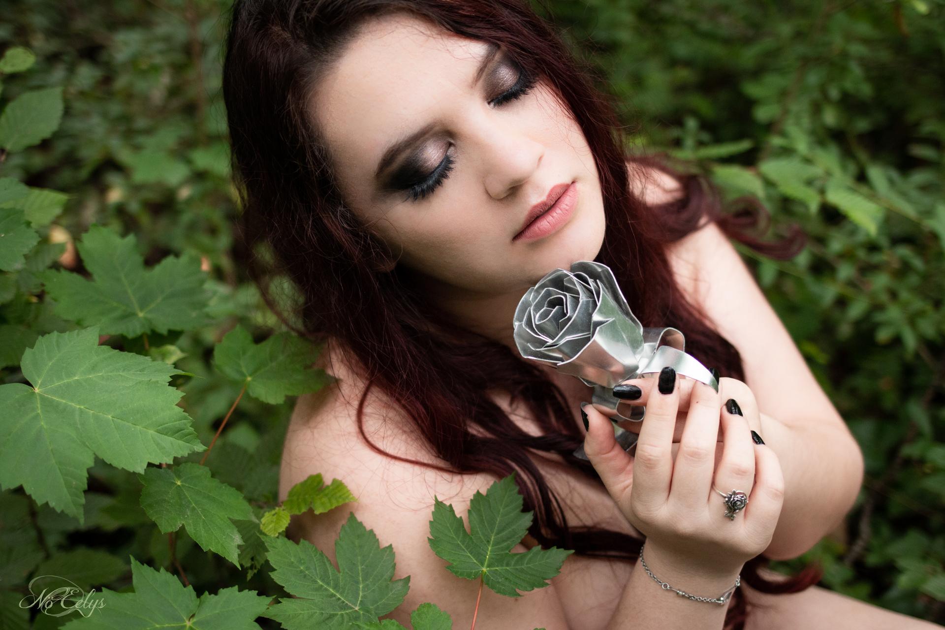 Portrait doux et romantique, modèle alternative Findelë's Secrets, photographe alternative Paris Nö Eelys, maquillage par Le Boudoir de Nö